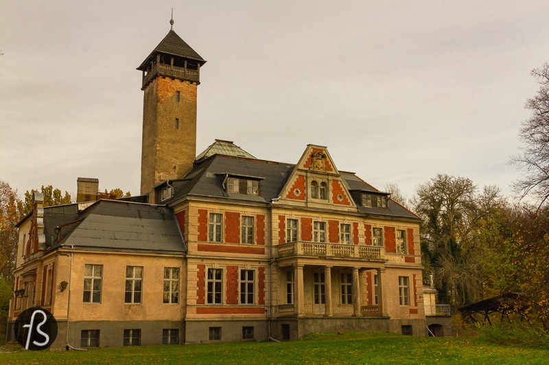 The real Methuen Orphanage isn't an orphanage at all. Schloss Schulzendorf can be found on Berlin's outskirts, close to where the BER airport is. And this is the most exciting place that Queen's Gambit brought us.