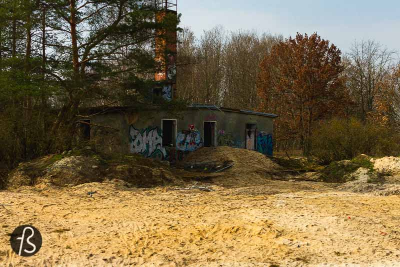 We have been thinking about going there since we first read about it on Abandoned Berlin back in 2012. When we visited the Brotfabrik in 2014, we were split between both locations and ended up leaving the airfield for another time. Only in March 2021, we took our bikes and cameras there. It was worth the wait since we also took drones there and managed to capture the abandoned Flugplatz Oranienburg from the top.