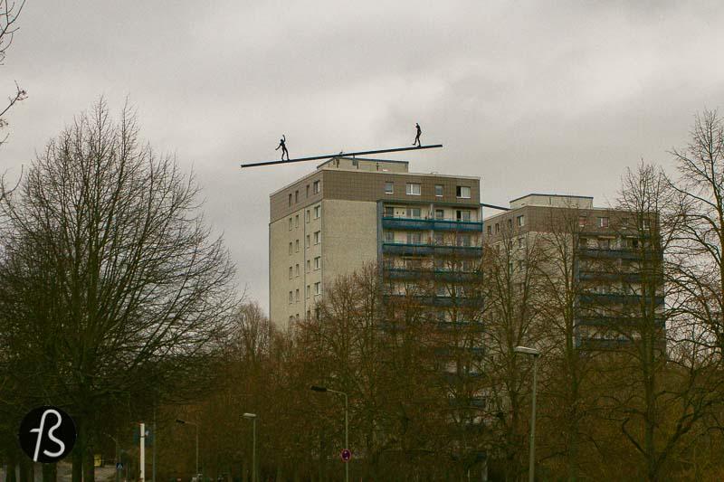 Balancierende Figuren: a balancing act close to the sky in Marzahn-Hellersdorf