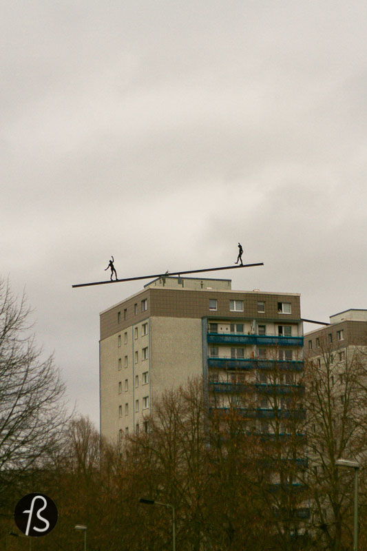 If you go for a walk next to the Eisenacher Strasse in Marzahn-Hellersdorf, don't forget to look up. There you will find the Balancierende Figuren, a group of sculptures created by Hubertus von der Goltz that decorate the apartment blocks in the area since 1997.
